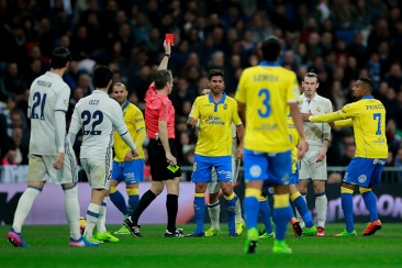 MADRID, SPAIN - MARCH 01: Referee David Fernandez Borbalan (L) shows the red card to Gareth Bale (R) of Real Madrid CF during the La Liga match between Real Madrid CF and UD Las Palmas at Estadio Santiago Bernabeu on March 1, 2017 in Madrid, Spain. (Photo by Gonzalo Arroyo Moreno/Getty Images)