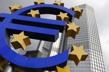 Una escultura con el logo del Euro a las afueras del Banco Central Europeo en Fráncfort