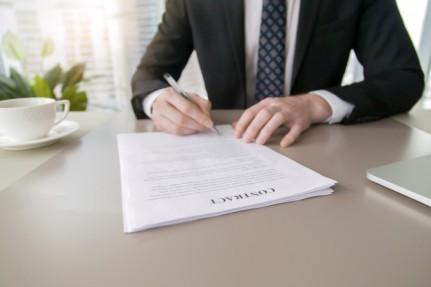 empresario-firma-contrato_1163-4073